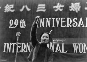 Madame Chiang Kai-shek (Song Meiling) h‰lt eine Rede vor 10.000 chinesischen Frauen am Internationalen Frauentag. In ihrer empor gestreckten Hand h‰lt sie eine Silberkette, die von einer indischen Frau der chinesichen Kriegskasse gespendet wurde. Chungking. China. Photographie. 8.M‰rz 1939 Madame Chiang Kai-shek (Soong May-ling) holds a speech in front of 10.000 Chinese women at the International Women's Day. In her up-raised hand, she holds a silver chain that was contributed by an Indian woman to the China's war chest. Chonquing. China. Photograph. March 8, 1939